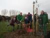 Senator Lohse pflanzt ersten historischen Obstbaum für die neue Streuobstwiese in Alt-Arsten